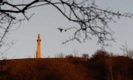 Puesta del sol en el monumento de la colina de Coombe en las colinas de Chiltern Imagenes de archivo