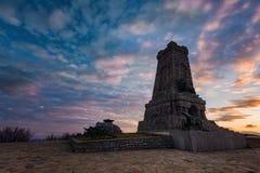 Puesta del sol en el monumento de Shipka, Bulgaria Fotos de archivo libres de regalías