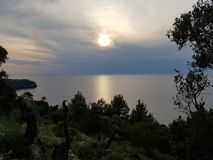 Puesta del sol en el norte de Mallorca imagen de archivo