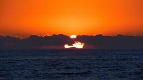 Puesta del sol en el océano fotografía de archivo