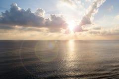 Puesta del sol en el océano abierto Fotos de archivo libres de regalías