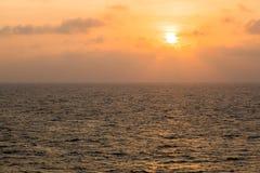Puesta del sol en el océano abierto Fotografía de archivo