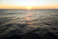 Puesta del sol en el océano abierto Foto de archivo
