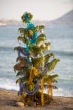 Puesta del sol en el océano con el árbol de navidad en Lima, Perú Imagen de archivo