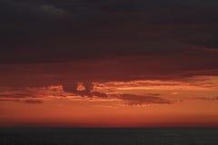 Puesta del sol en el océano de South Pacific Imagenes de archivo