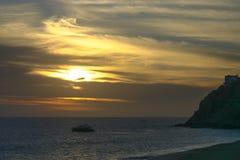 Puesta del sol en el Océano Pacífico en una noche nublada fotografía de archivo libre de regalías