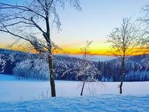 Puesta del sol en el país de las maravillas del invierno Fotografía de archivo