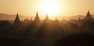 Puesta del sol en el paisaje de Bagan Imagen de archivo