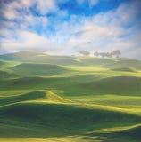 Puesta del sol en el paisaje de las montañas Imagen de archivo libre de regalías