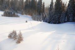 Puesta del sol en el paisaje de las montañas Cárpato, Ucrania, Europa Imagen de archivo libre de regalías