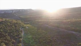 Puesta del sol en el paisaje de las montañas tiro Cielo dramático, vista de la puesta del sol en el barranco Piedras y rayos de s foto de archivo libre de regalías
