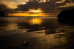 Puesta del sol en el paisaje marino de la tarde del mar Foto de archivo