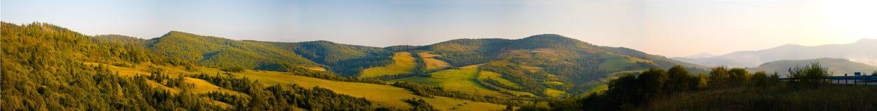 Puesta del sol en el panorama de las montañas Imagenes de archivo