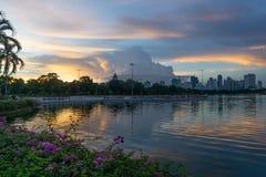 Puesta del sol en el parque de Benchakitti Fotos de archivo libres de regalías