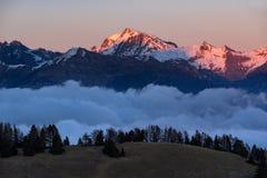 Puesta del sol en el parque nacional de Ecrins, Champsaur, montañas, Francia del invierno Foto de archivo libre de regalías