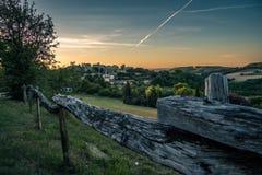 Puesta del sol en el pueblo de Francia fotografía de archivo