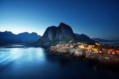 Puesta del sol en el pueblo de Hamnoy, islas de Lofoten, Noruega Imágenes de archivo libres de regalías