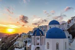Puesta del sol en el pueblo de Oia en Santorini, Grecia Fotografía de archivo libre de regalías