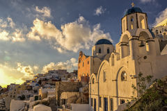 Puesta del sol en el pueblo de Oia en Santorini, Grecia Fotos de archivo libres de regalías