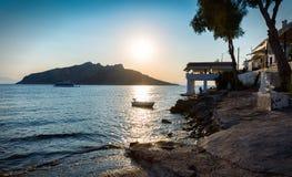 Puesta del sol en el pueblo de Perdika en la isla de Aegina Fotos de archivo