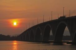 Puesta del sol en el puente imagen de archivo libre de regalías