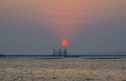 Puesta del sol en el puente fotografía de archivo libre de regalías