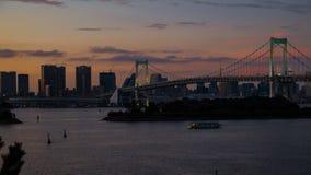 Puesta del sol en el puente del arco iris en Tokio foto de archivo