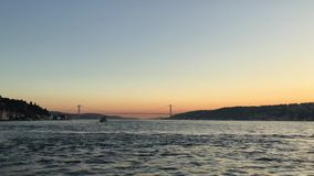 Puesta del sol en el puente de Bosphorus de la costa costa de Bosphorus y del puente de los m?rtires del 15 de julio metrajes