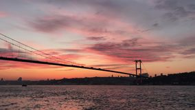 Puesta del sol en el puente de Bosphorus del puente de los m?rtires del 15 de julio con voz azan almacen de video