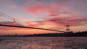 Puesta del sol en el puente de Bosphorus del puente de los m?rtires del 15 de julio almacen de video