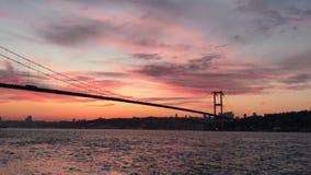 Puesta del sol en el puente de Bosphorus del puente de los m?rtires del 15 de julio almacen de metraje de vídeo