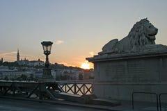 Puesta del sol en el puente de cadena fotografía de archivo libre de regalías