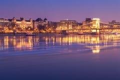 Puesta del sol en el puente de cadena de Budapest, Hungría imagen de archivo