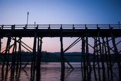 Puesta del sol en el puente de madera más largo y la ciudad flotante de Sangkla Fotos de archivo
