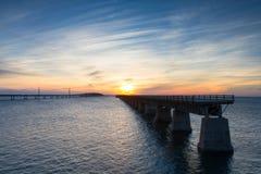 Puesta del sol en el puente de siete millas Fotos de archivo