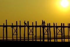 Puesta del sol en el puente de U-Ben con la gente de myanmar, Amarapura, Mandalay Foto de archivo libre de regalías