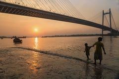 Puesta del sol en el puente de Vidyasagar Setu en el río Hooghly Fotos de archivo