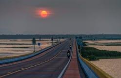 Puesta del sol en el puente del camino más largo de Tailandia Fotografía de archivo libre de regalías
