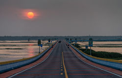 Puesta del sol en el puente del camino más largo de Tailandia Fotografía de archivo