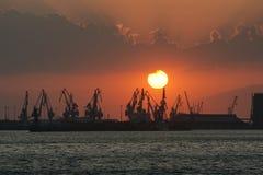 Puesta del sol en el puerto Imágenes de archivo libres de regalías