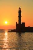 Puesta del sol en el puerto con el faro Chania Creta Foto de archivo