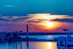 Puesta del sol en el puerto de comercio del mar Fotografía de archivo libre de regalías