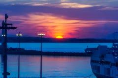 Puesta del sol en el puerto de comercio del mar Fotografía de archivo