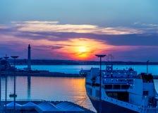 Puesta del sol en el puerto de comercio del mar Imagenes de archivo