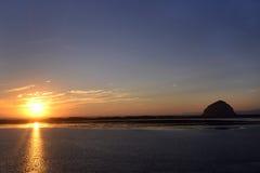 Puesta del sol en el puerto de la bahía de Morro, California Foto de archivo libre de regalías