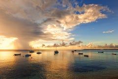 Puesta del sol en el puerto del Caribe de la pesca en mar, Curaçao Fotografía de archivo