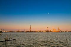 Puesta del sol en el puerto marítimo Fotos de archivo libres de regalías
