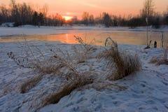 Puesta del sol en el río Foto de archivo libre de regalías