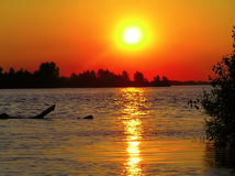 Puesta del sol en el río Fotos de archivo