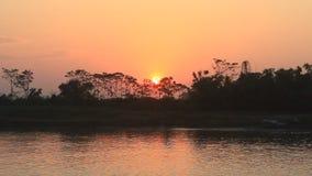Puesta del sol en el río metrajes